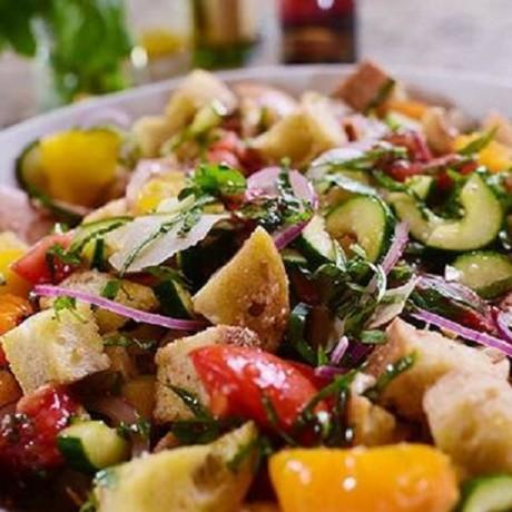 Салат с сухариками огурцами и помидорами