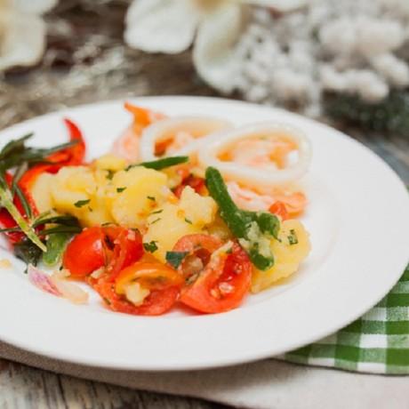 Теплый салат с креветками и кальмаром