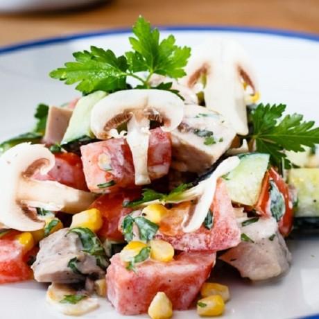 Салат с куриным филе и овощами