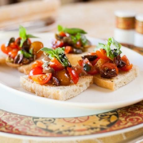 Брускетта с помидорами и оливками