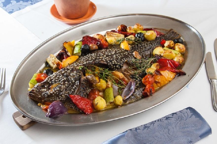 Камбала запеченная с овощами в духовке