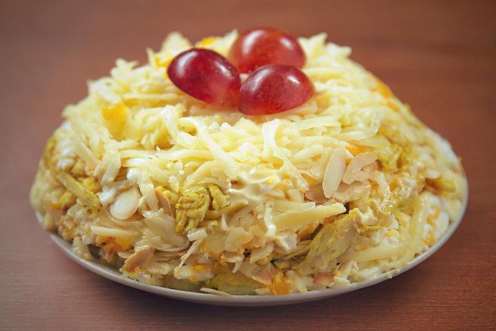 Салат с виноградом курицей и сыром и луком
