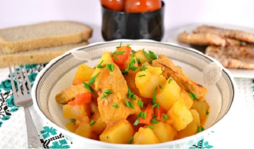 Картофель со свининой и томатом в мультиварке