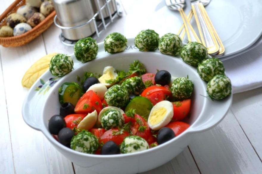 Салат из овощей с сырными шариками