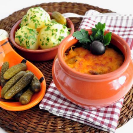 Мясо с овощами, приготовленное в горшочках