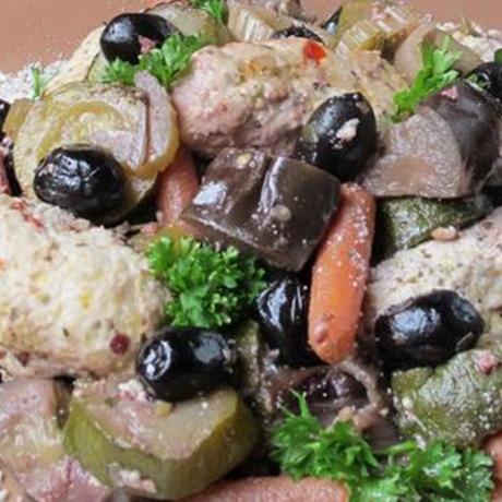 Куриные тефтели с овощами в горшочках