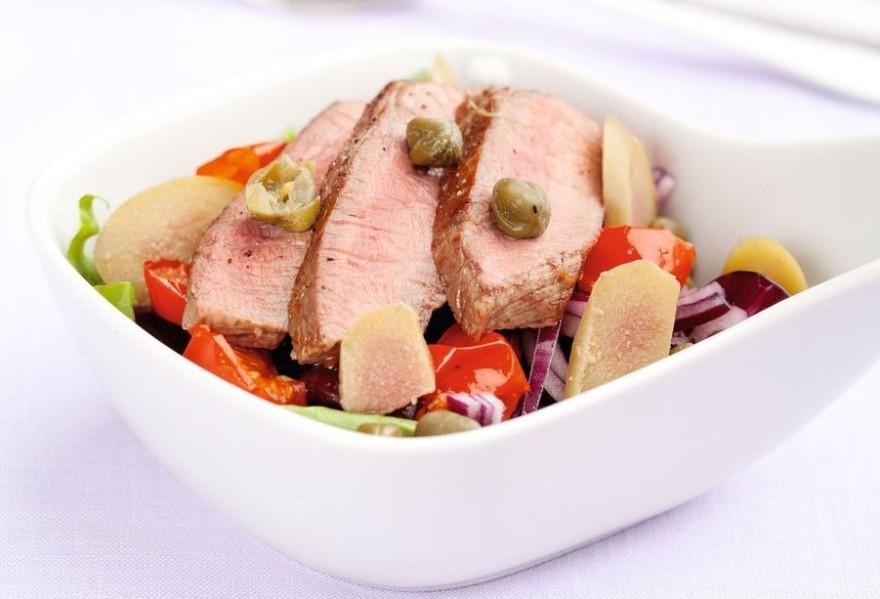 Теплый салат с говядиной, фасолью и печеными томатами