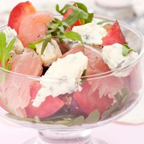 Салат с сыровяленой ветчиной, сливами и сыром Дор блю