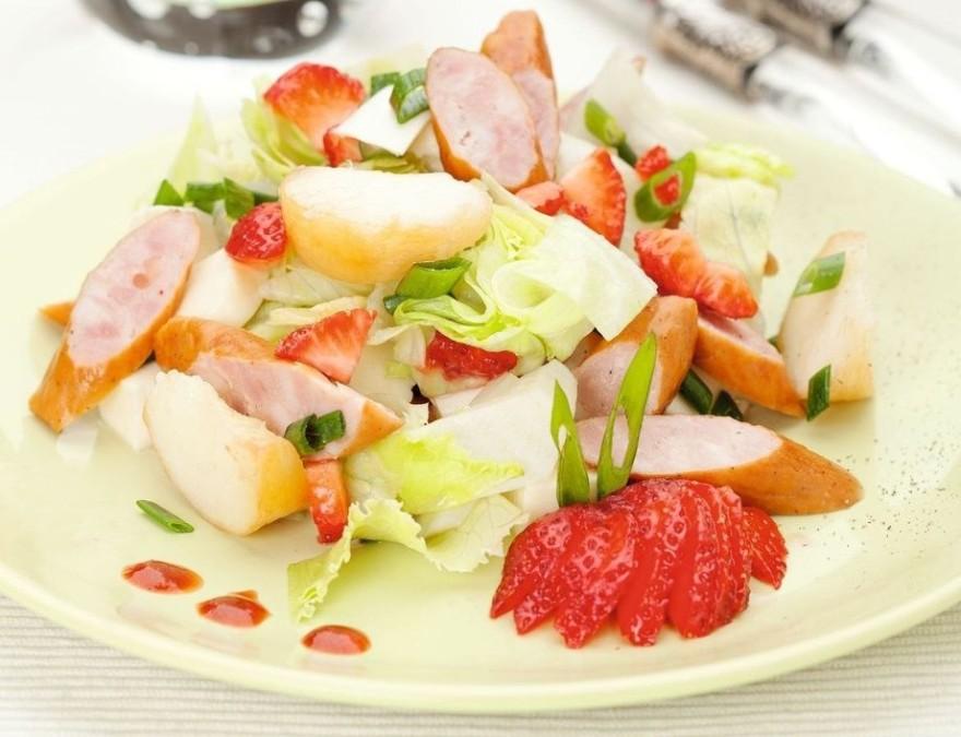 Салат с колбасками, клубникой, персиками и моцареллой