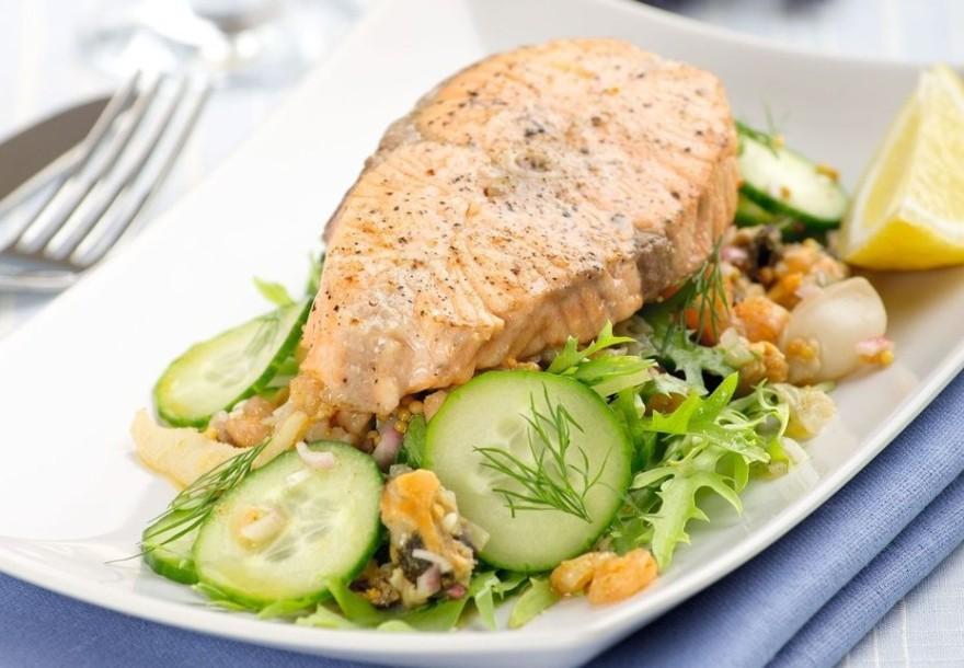 Вкусный салат с семгой и морепродуктами