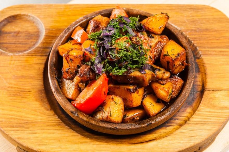 Оджахури из свинины с жареным луком и картофелем