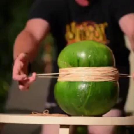 Как взорвать арбуз резинками!?