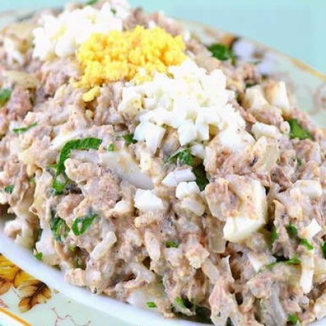 Салат с яйцом и сайрой